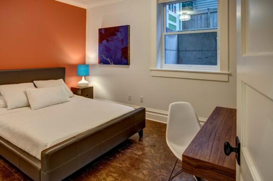 altes haus renovieren projekt schlafzimmer gästezimmer orange weiß wandfarbe