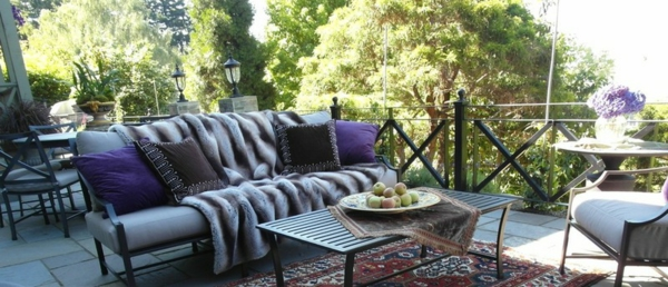 außenbereich balkon terrasse wohnung einrichten ideen felldecke sofa