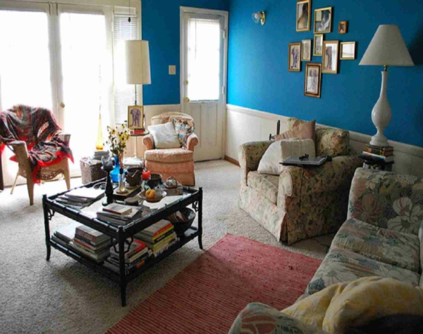 wandfarben wohnzimmer vintage stil sofa sessel floral blau wand