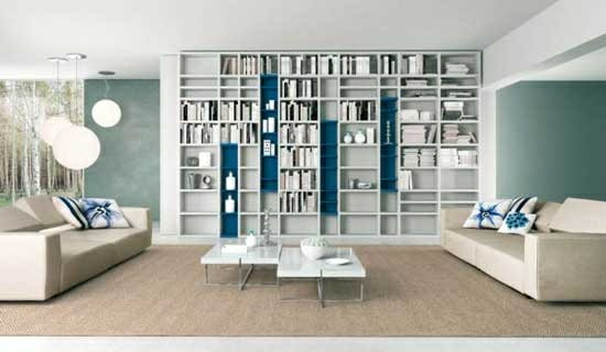 bücherregal wandfarbe blau sofa modernes wohnzimmer minimalistisch