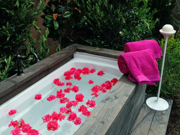 oberfläche badetuch badewanne im garten blüten rosa holz