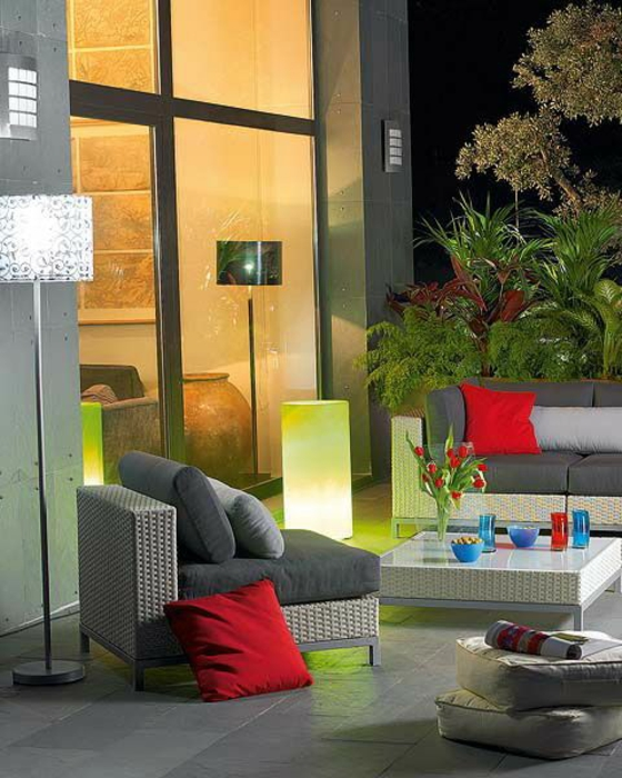 balkon gestalten ideen für terrassengestaltung bodenlampe beleuchtung sitzecke couchtisch