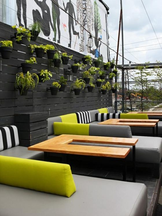 balkon gestalten modern terrassengestaltung beispiele wanddeko pflanzen gartenmöbel