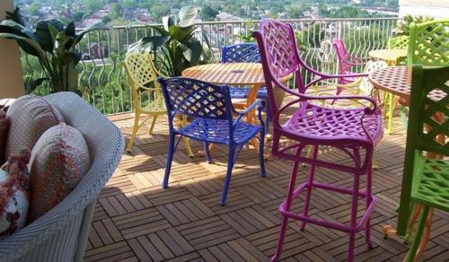 balkon holzfliesen verlegen holzdielen terrasse holzboden gartenmöbel bunt