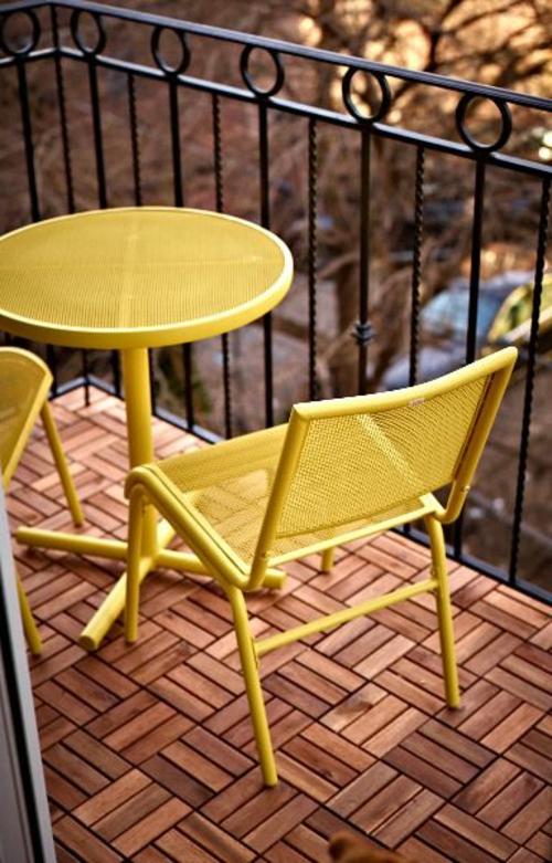 balkon holz fliesen verlegen terrasse bodenbelag holz tisch stühle