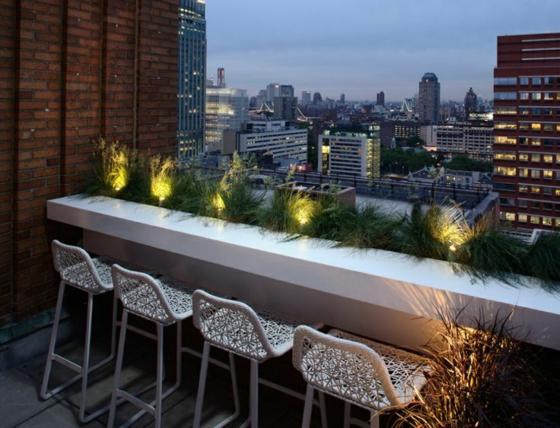 balkon ideen für terrassengestaltung bartresen theke barhocker gartenbeluchtung blick