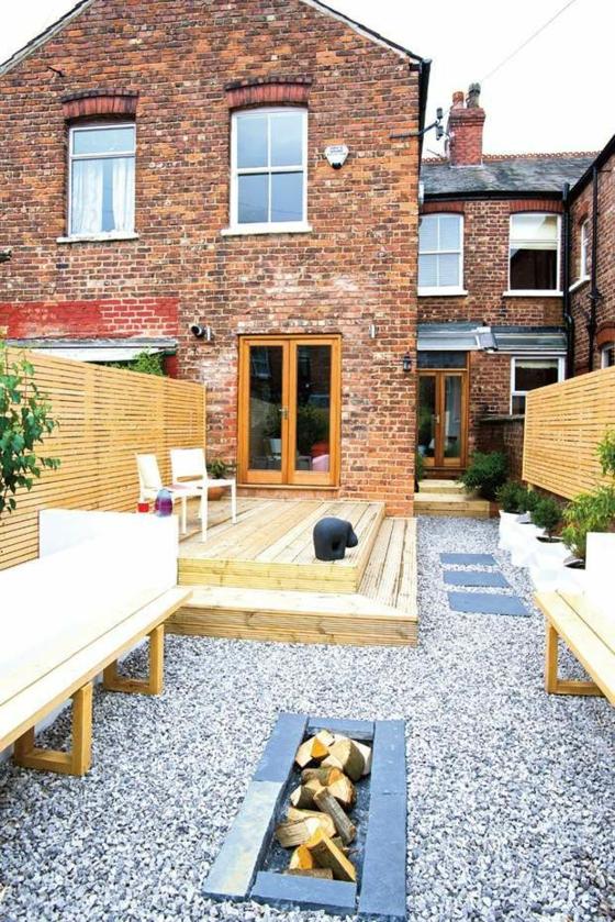 balkon ideen terrassengestaltung mit kies holztreppen gartenmöbel feuerstelle