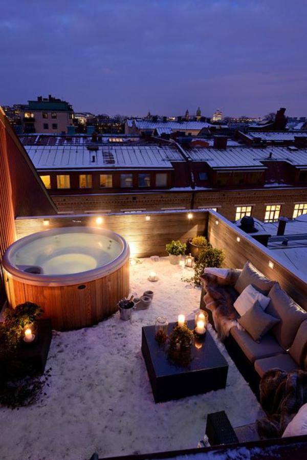 balkongestaltung modern dekoration jacuzzi kerzen