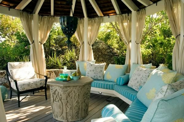 balkongestaltung sanftes blau dekoideen rundsofa