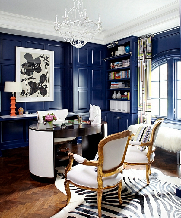 blaue farbgestaltung wand stühle tisch moderne tischlampen orange