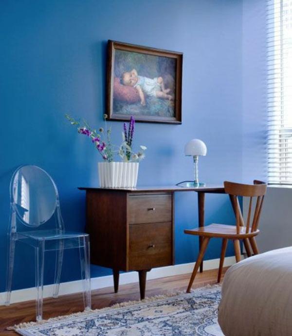 blaue zimmerfarbe im kontrast zum schreibtisch gemälde