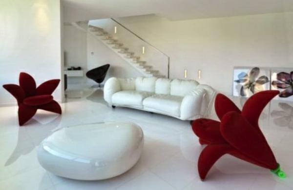 blumenförmige sessel im weißen wohnzimmer