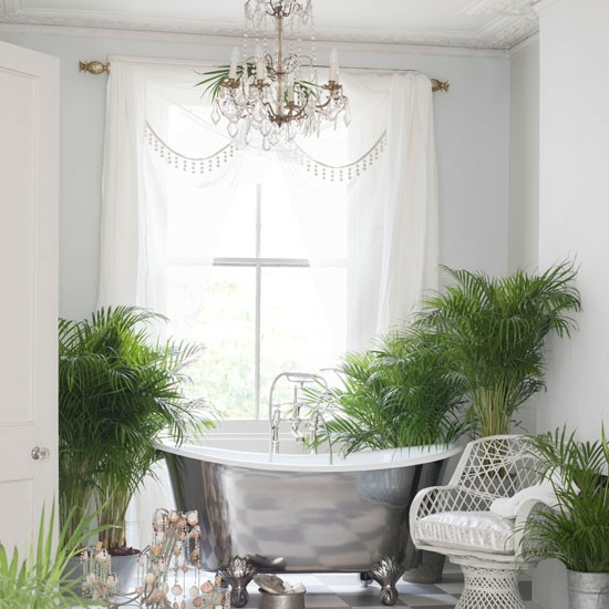 badewanne metall kronleuchter blumentöpfe natur badezimmer