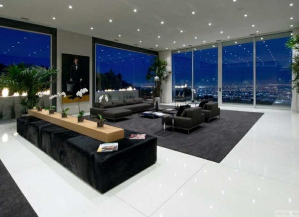 breiter wohnraum große fenster schwarzes sofa