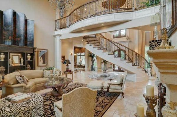 breites wohnzimmer  treppe teppich sofa sessel tisch