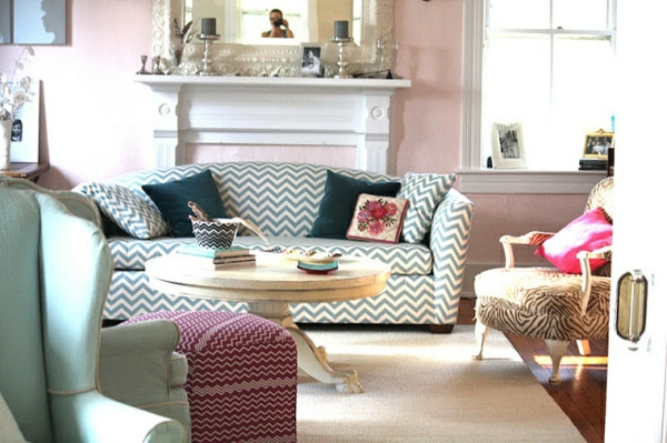 chavron muster sofa sessel einbaukamin wandfarben wohnzimmer