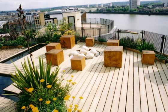 dachterrasse terrasssegestaltung modern hozdielen terrassenbelag holzwürfel teich
