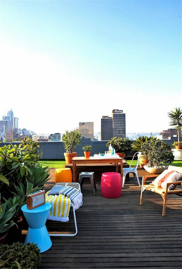 dachterrassengestaltung terrassendielen gartenmöbel farbenfroh rasenteppich