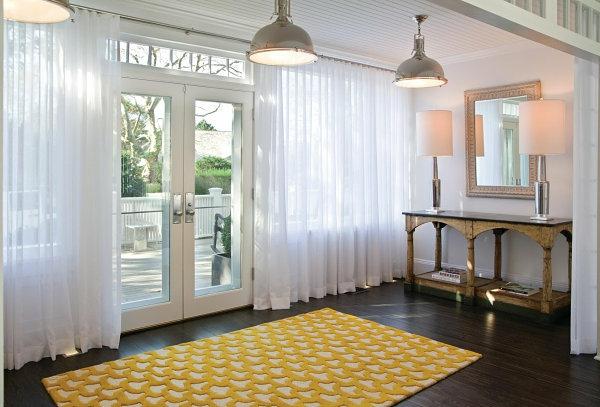 dekoideen wandgestaltung im flur gelb gemustert teppich