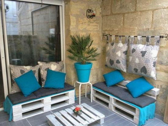 diy gartenmöbel aus paletten auf der terrasse kissen auflagen bank tisch