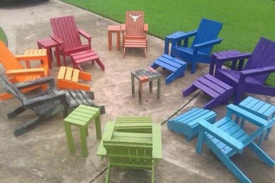diy projekt bunte gartenmöbel aus paletten stühle fußhocker streichen gartenmöbel set