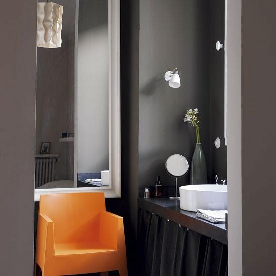 dunkel stimmungsvoll badezimmer orange stuhl