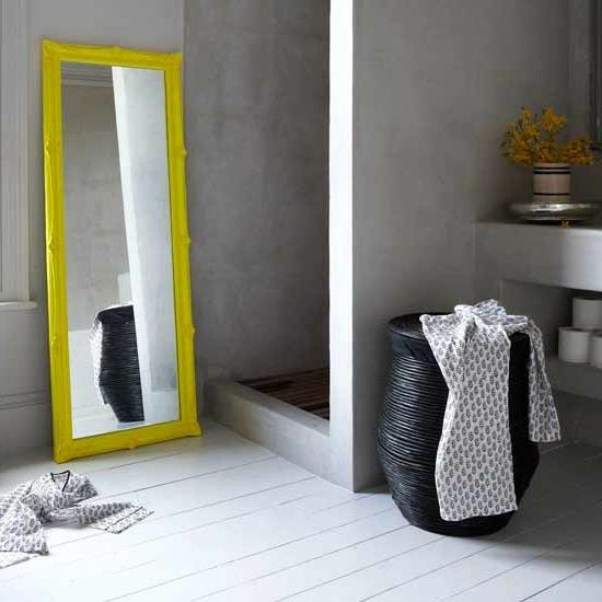 dusche spiegel groß gelb rahmen Modernes Bad