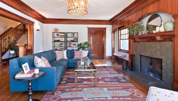 einrichtungsideen blaues sofa bunte kissen beistelltisch