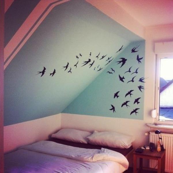 einrichtungsideen vogel motive an der wand kissen bett