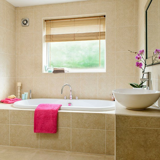 entspannend eingebaut badewanne badetuch rosa waschbecken