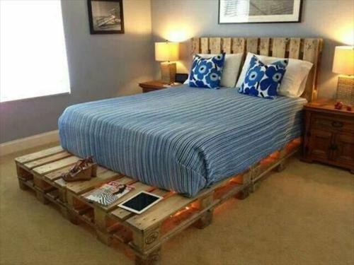 futuristische grne blaue bro mbel. naturholz streifenmuster