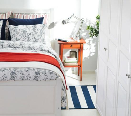 farbgestaltung farbakzente ikea schlafzimmer bett bettwäsche blau weiß maritim