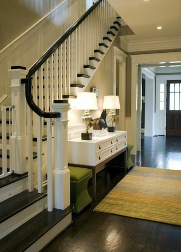 flur wohnideen treppe  bedienungstisch 2 lampen teppich grüne