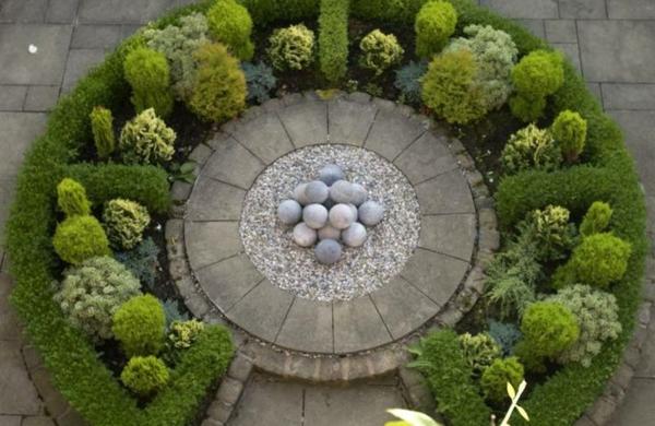 formalgarten gestaltungsideen immergrüne pflanzen steinkugeln
