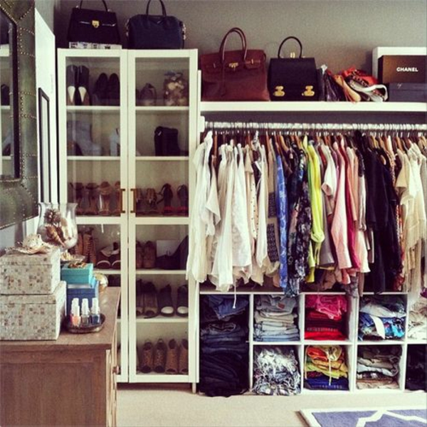 kleiderschrank offene kleider taschen