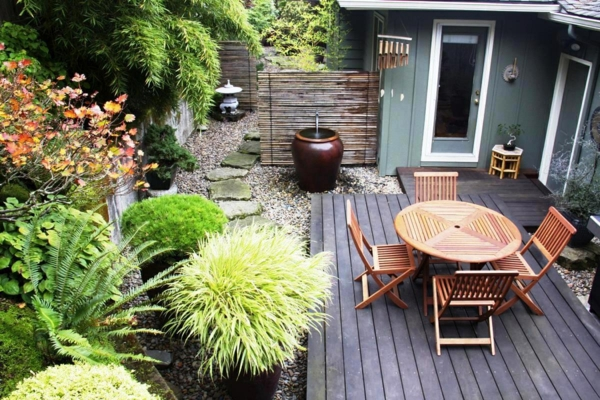 gartengestaltung gartenmöbel holz holzdielen kieselsteine grüne pflanzen