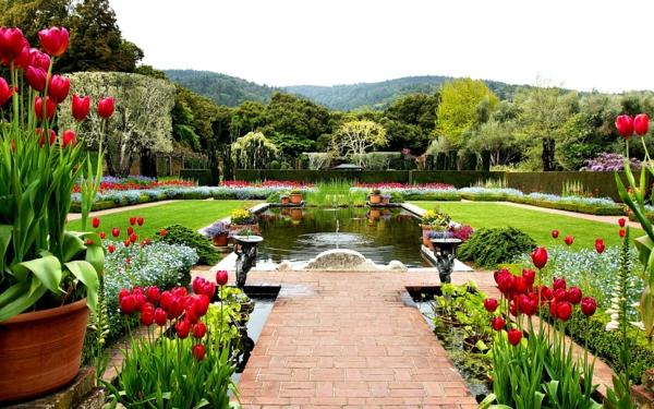 gartengestaltung ideen großen garten anlegen gartenteich springbrunnen tulpen