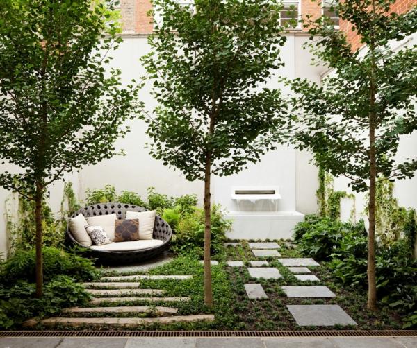 gartengestaltung ideen innenhof gartenmöbel sofa kissen steinplatten bäume