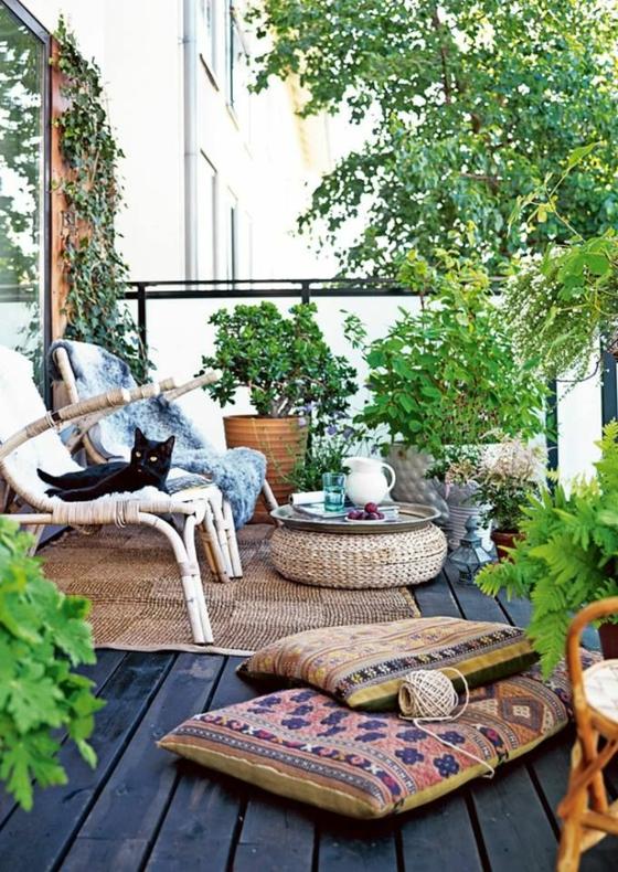 gartengestaltung ideen rattanmöbel sitzkissen pflanzen holzdielen boden