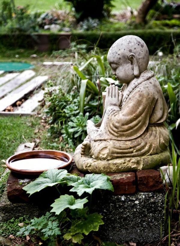 gartengestaltung kunst buddha statue Buddha Figuren im Garten