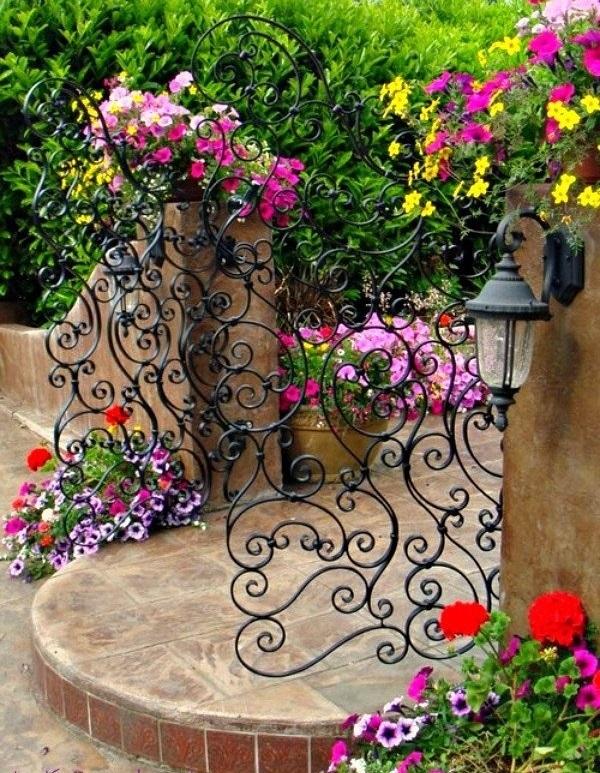 gartengestaltung tor schmiedeeisen bunte pflanzen
