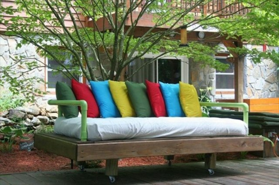 gartenmöbel basteln paletten bank sofa bunte kossen rollen auflage