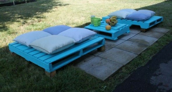 gartenmöbel basteln paletten bank tisch niedrig blau streichen