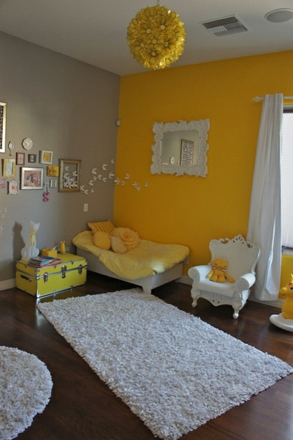 gelbe elemente im kinderzimmer weißer teppich bett