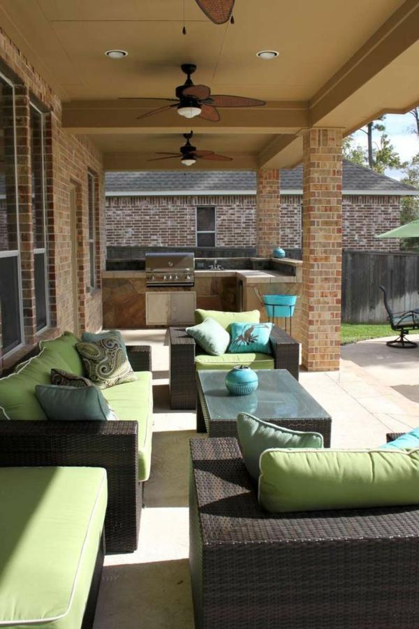 gestaltungsideen für terrasse rattanmöbel dekokissen sofa tisch bbq