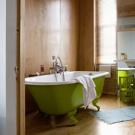 grüne badewanne stuhl holz wandgestaltung Modernes Bad