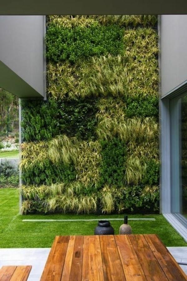grünmauer im garten holmöbel