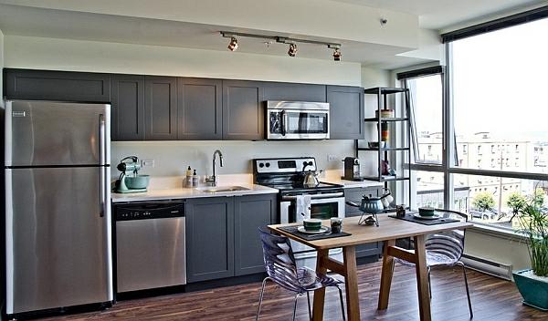 grau neutral küche holz esstisch stühle küchenschränke kühlschrank modern