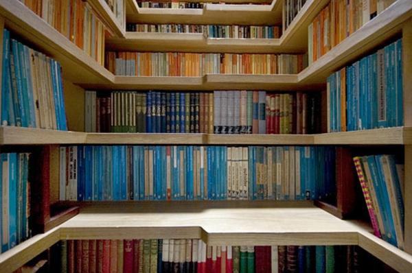 hausbibliothek kreative wohnideen holz bücherregale im treppenhaus