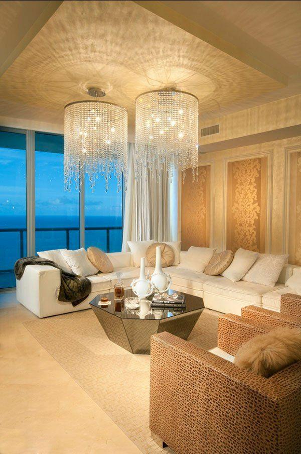 helles wohnzimmer einrichten 2 kronleuchter aus glas sofa